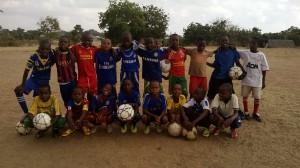 FC Vito Kilwan pojat etsivät kummeja Suomesta. Kummitoiminnalla maksetaan poikien koulumaksuja Tansaniassa.
